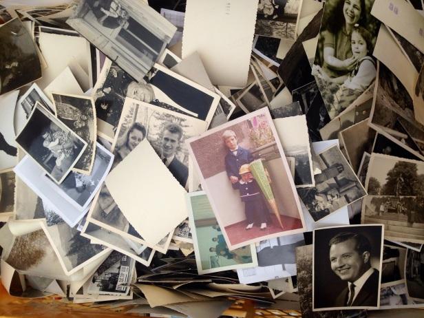 Fotos antiguas en un cajón en el mercadillo de Mauerpark (Berlin)