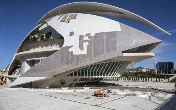 El Palau de les Arts de Valencia, en plena reforma de la cubierta a principios de 2014.