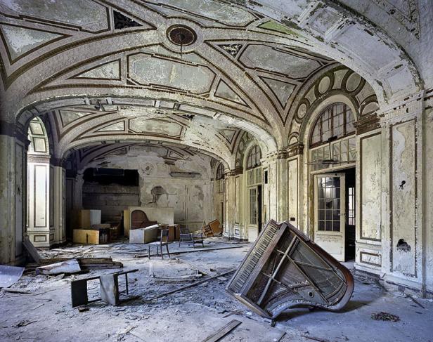 """Imagen del Salón de baile del Lee-Plaza Hotel de Detroit. Perteneciente a la colección """"The ruins of Detroit"""" de Marchand / Meffre."""